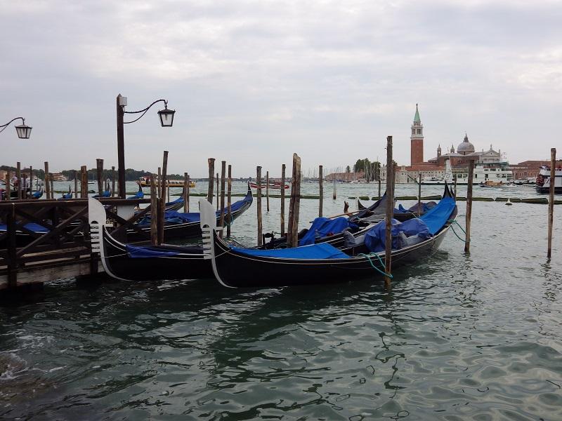 Venezianische Gondeln - Friedhofsinsel San Michele - sechs Stadtteile VenedigsSan Marco, Dorsoduro, San Polo, Cannaregio, Castello und Santa Croce