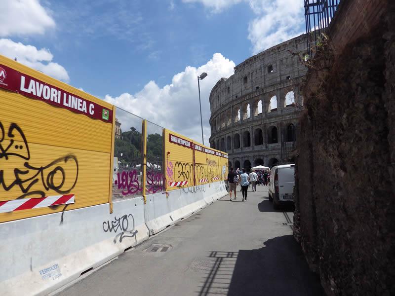 Am Kolosseum sind die Bauarbeiten der Linie C der römischen U-Bahn in vollem Gange.