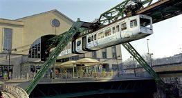 Wuppertaler Schwebebahn: historische Bahn in junger Stadt