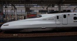 Shinkansen, der japanische Hochgeschwindigkeitszug bleibt auf der Überholspur