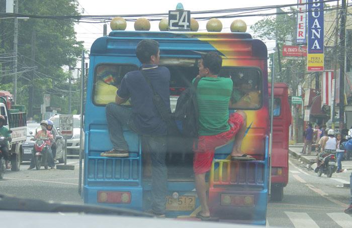 Passagiere auf Trittbett