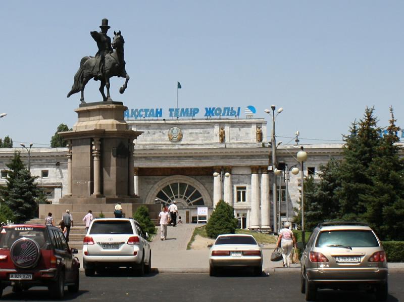Bahnhof Almaty 2 - betrieben von der staatlichen kasachischen Eisenbahngesellschaft Kasachstan Temir Scholy