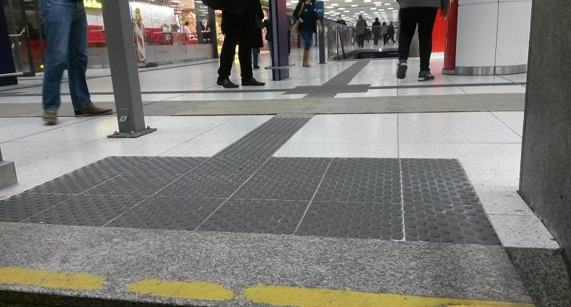 Blindenleitsystem am Hauptbahnhof München - Orientierung für Blinde und Sehbehinderte auf dem Weg zum Zug - Orientierungshilfe beim Bahnfahren