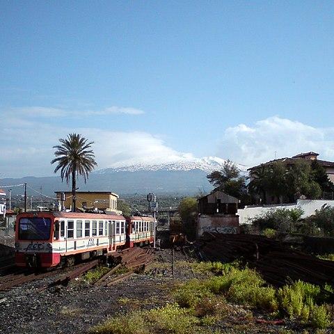 Zug der Schmalspurbahn Circumetnea verläßt den Bahnhof Paterno in Richtung Catania.